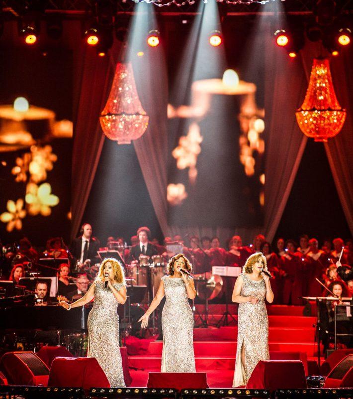 Concerto Proms com lustres como decoração